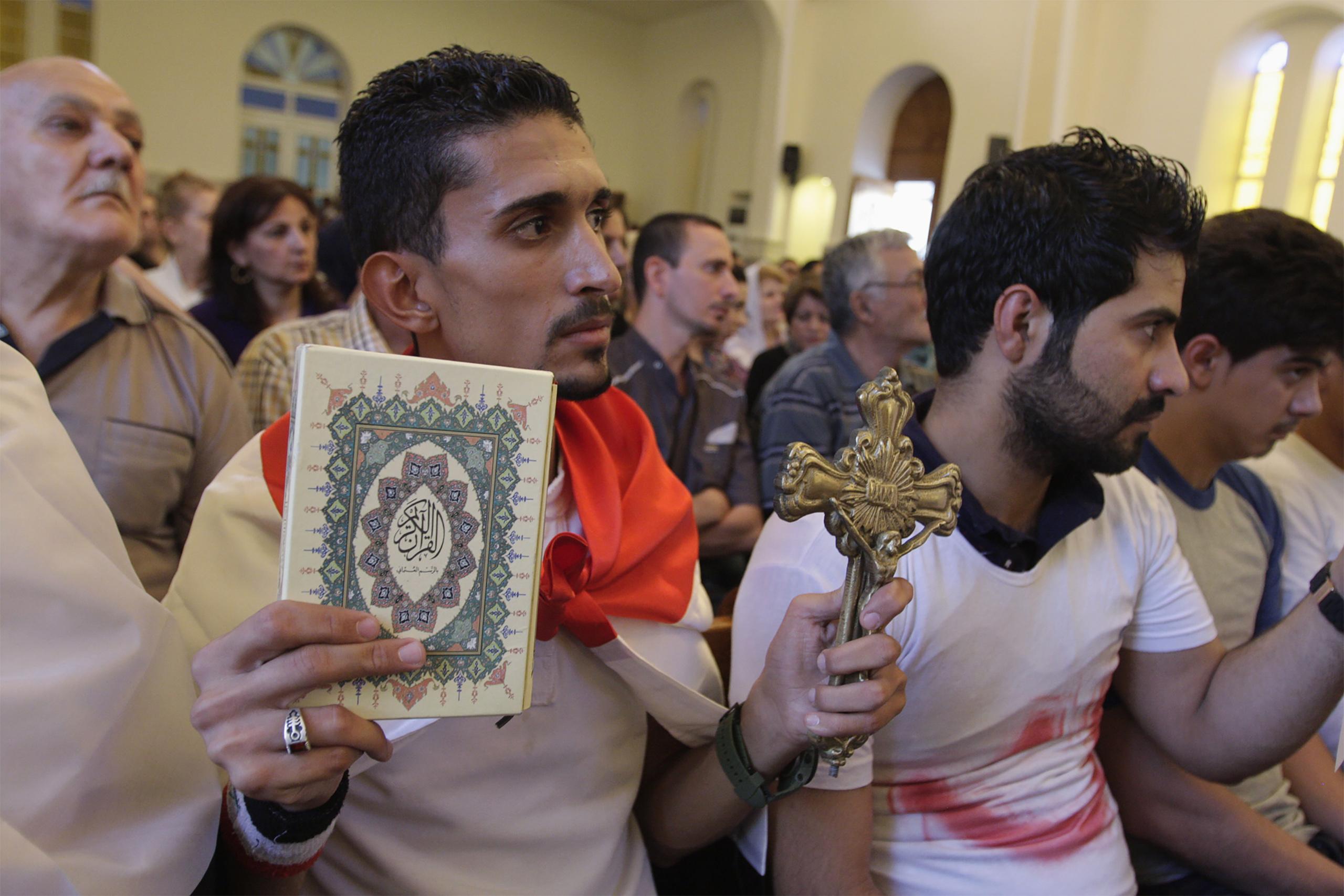 « Cela se passe juste sous nos yeux » : Un ministre iranien reconnaît publiquement que le christianisme se répand en Iran (Vidéo - 1 min) 160312-macdiarmid-iraq-christianity-tease_qhlw6s